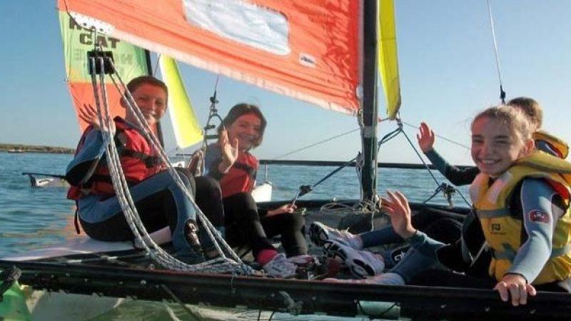 Activité nautique pour les enfants durant les vacances en bord de mer en bretagne dans le finistère
